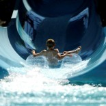 Kind in der Wasserrutsche