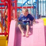 Kind auf Rutsche im Legoland Florida