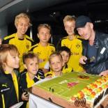 AIDA Fussball-Camp: Abschluss-Party mit Torte und Betreuer Jan Lucki; Bild: AIDA Pressestelle