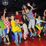 AIDA Fussball-Camp: Abschluss-Party in der Anytime Bar mit tanzenden Kindern; Bild: AIDA Pressestelle