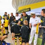 AIDA Fussball-Camp: Siegerehrung mit Kapitän; Bild: AIDA Pressestelle