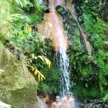 """Jungs plantschen im Wasserfall """"Natural de SaoMiguel """"  © AdrieneFriedlaender"""