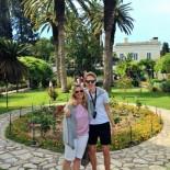 Achilleion Palace: Mutter und Sohn im Garten, Bild: Sven Mueller