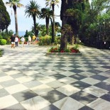 Achilleion Palace: Schachbrettboden im Garten, Bild: Sven Mueller