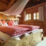 Almdorf Seinerzeit: Schlafzimmer im Chalet; Bild: PR Almdorf