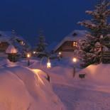 Almdorf Seinerzeit: Fußweg im Winter durch's Almdorf; Bild: PR Almdorf