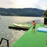 Wasserspaß: Paul auf dem Badesteg an der See-Villa ©AndreaFischer