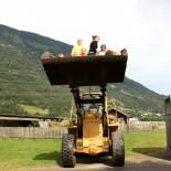 Bauernhof-Achterbahn: Bauer Heinz und sein Radlader sind die größte Attraktion am Moserhof Foto: Andrea Fischer