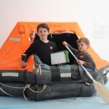 Bremerhaven: Kids auf der Rettungsinsel; Bild: A.Friedlaender
