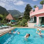 Cavallino Bianco, Pool mit Bergkulisse