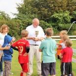 Fussball Camp: Pokalübergabe ist Chefsache ...