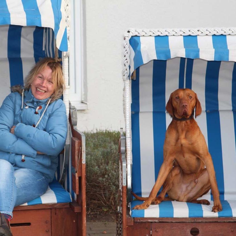Gluecksburg_mit Hund_Strandkorb_Adrienne Friedlaender