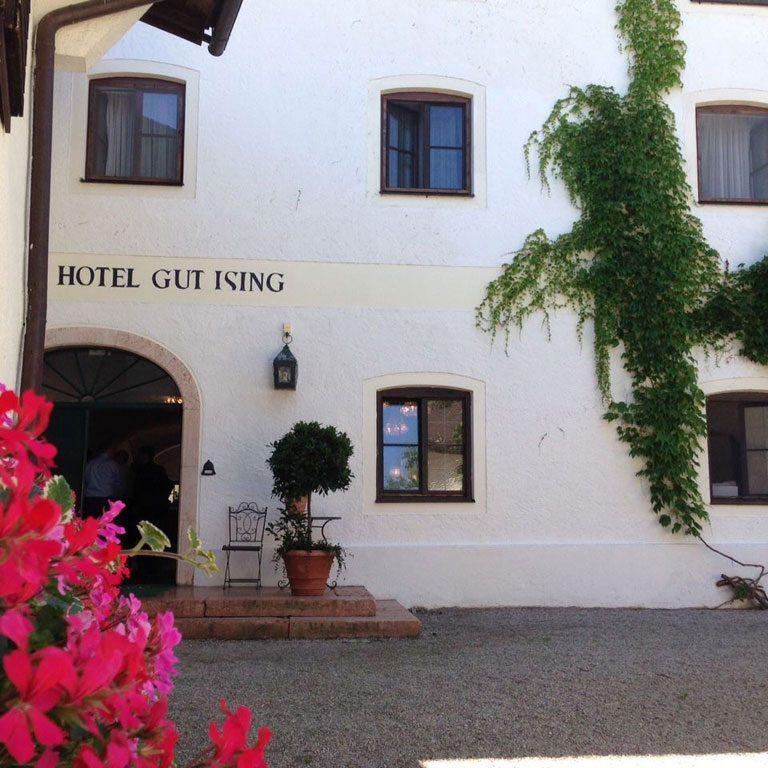 Gut_Ising_Eingang_Biergarten.Bild_SMH.jpg