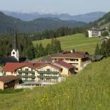 Hotel Hubertus Alpin Lodge & Spa, Aussenansicht mit Wiese