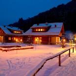 Feriendorf Holzleb'n: Feriendorf in der winterlichen Dämmerung; Bild: PR Holzleb'n