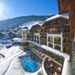 Ehrwald: Hotel Post Winteransicht mit Pool; Bild PR Hotel Post