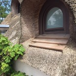 Hues am Wall: Fenster unterm Reetdach; Bild: Hues am Wall