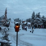 Schneeidylle im Weihnachtsdorf
