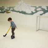 Paul spielt Hockey auf der Eisbahn