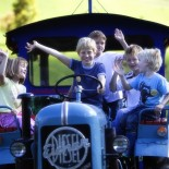 Der Unterschwarzachhof, Kinder auf Traktor