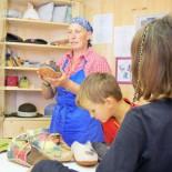 Wietererhof: Kinder bei Baeuerin, Basteln mit Filz; Bild: Dierk Hagedorn