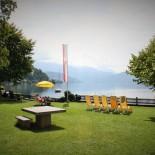 Gelbe Schirme, gelbe Sonnenstühle: Liegewiese an der See-Villa ©AndreaFischer