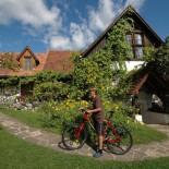 Lormanberg Bauernhof - Junge mit Fahrrad im Garten