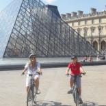 Paris mit dem Fahrrad - vor dem Louvre
