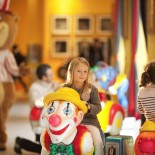 Magic Circus Hotel Paris - Kind in der Lobby