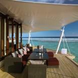 Atmosphere Resort Malediven: Terrasse vor dem Restaurant; Bild: PR