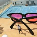 TUI Cruises - Mein Schiff 4: Kunst an Bord, Riesen-Sonnenbrille auf dem Sportdeck, Trips4Kids.de, Foto: Andrea Fischer