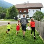 Moserhof: Die Kids unterwegs mit Bauer Heinz ©AndreaFischer
