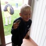 Norwegen: Junge mit Zaunkönig, Bild: Sonja Vodicka