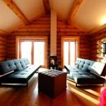Stylischer Wohnraum mit kuschligem Feuer