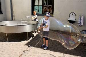 Riesenseifenblasen_Haus des Staunens_Pankratium_Kaernten_©AndreaFischer_Trips4Kids