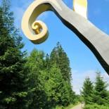 """Rothaarsteig: Skulptur """"Stein-Zeit-Mensch"""" von Nils Udo, Bild: A.Schmelter"""