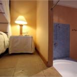 Pula Suites Schlafzimmer/Bad