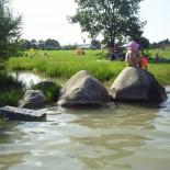 Spielende Kinder am Ufer des Baggersees