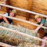 Jungs im Kinderbauernhof