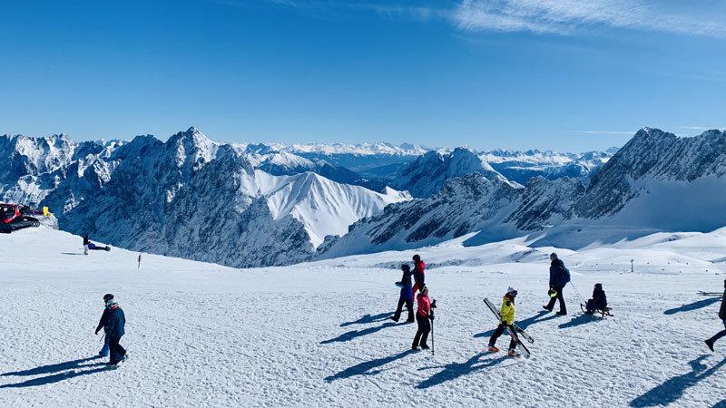 Skifahrer Zugspitzearena mit Panorama @ Foto: Trips4Kids.de, Andrea Fischer