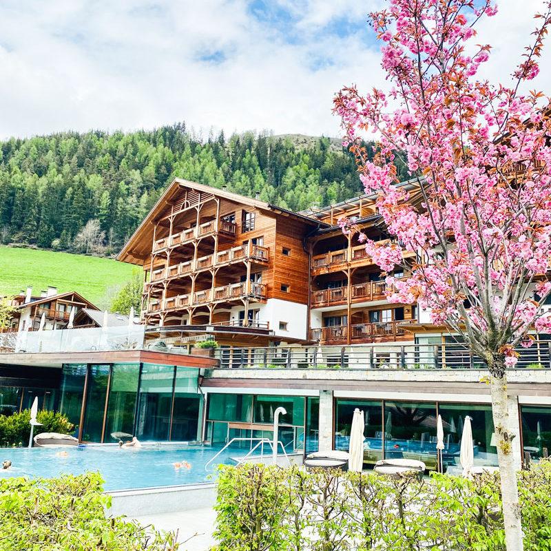 Ansicht Familienhotel Sonnwies im Frühling Foto: © Andrea Fischer, Trips4Kids.de