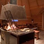 Lachs wird in der Holzhütte am Feuer gegrillt