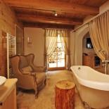 Innenraum mit Badewanne, Chalet