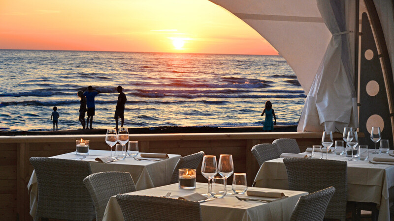 beach_restaurant_bei_sonnenuntergang_paradu_tuscany_ecoresort bild: www.paraduresort.com