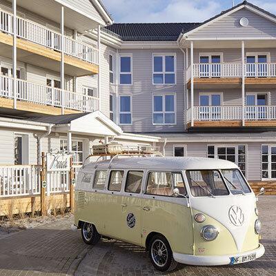 Beach Motel Heiligenhafen; Aussenansicht mit Buli. Bild@Andrea Flak