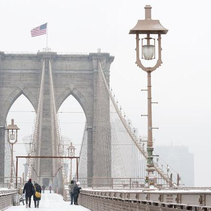 Spaziergang über die Brooklyn Bridge in New York