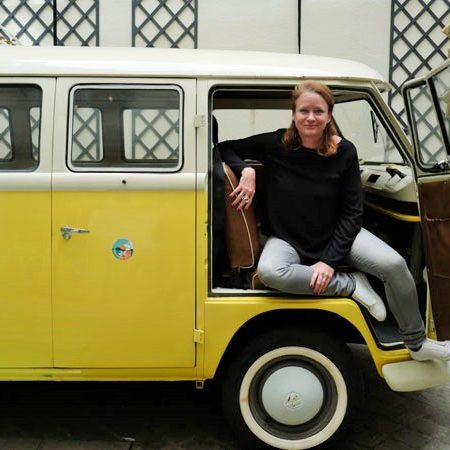 Annika mit gelbem VW-Bus ©Eveanos