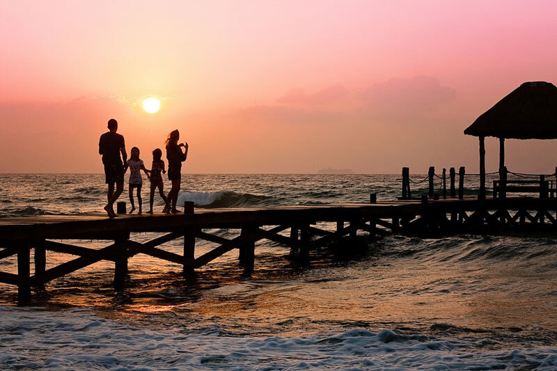 Familie auf Steg beim SonnenuntergangCatamaran @Foto: