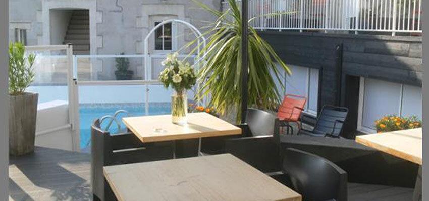 Terrasse und Pool im Hotel Île ô chateau