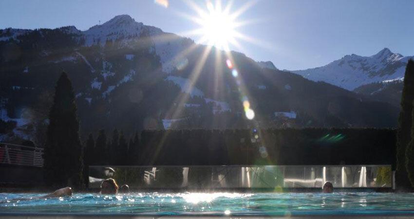 Therme mit Ausblick im Impuls Hotel Tirol